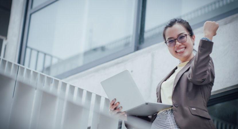 Frau mit Laptop und S/4HANA